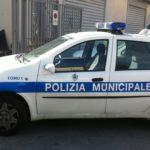 Posteggia l'auto in doppia fila davanti la scuola e poi insulta i Vigili Urbani; succede a Carini