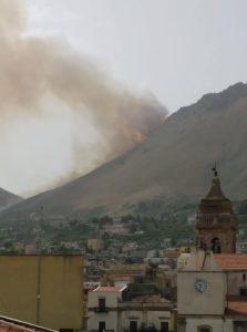 Brucia la montagna carinese in contrada Canalotto